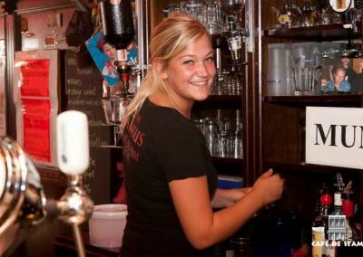 CAFE DE STAM - Frija achter de bar